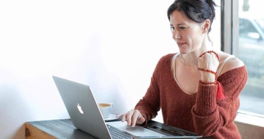 Mamma sul computer portatile che lavora online