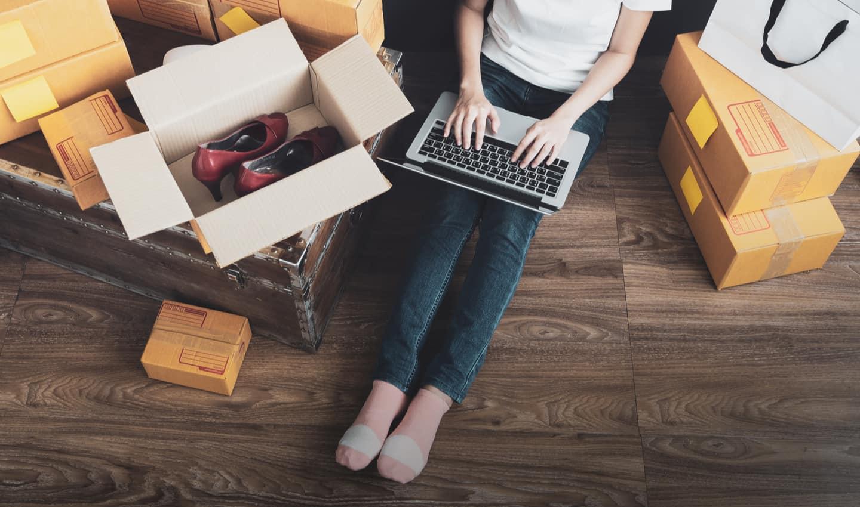 người phụ nữ bán giày trực tuyến