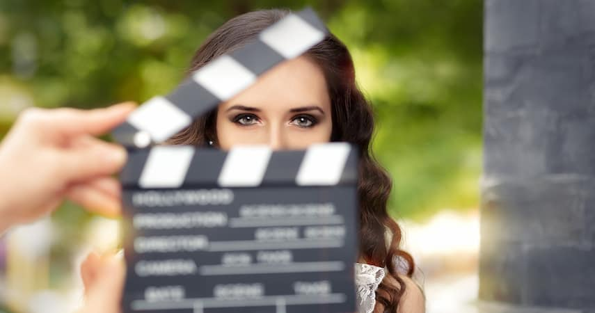woman playing an extra in a movie Nicoleta Ionescu